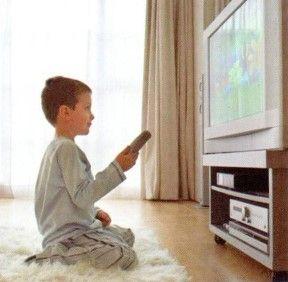 ¿Ver la televisión desde cerca es perjudicial para la vista?